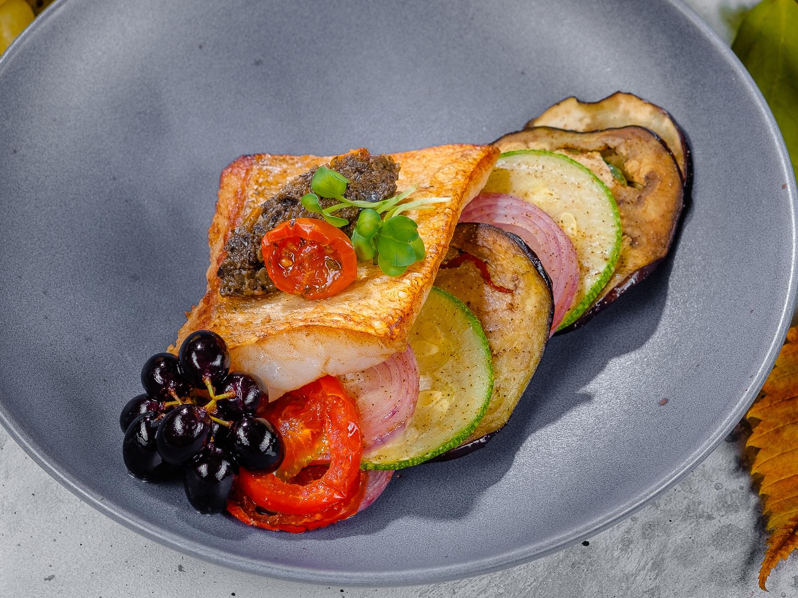 Судак с карпаччо из запеченных овощей