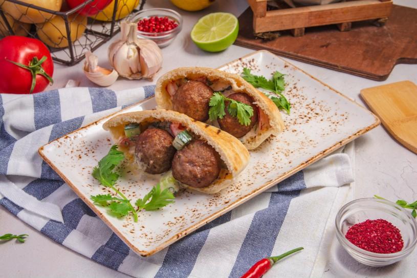 Кебаб из баранины в пите с соусом и овощами