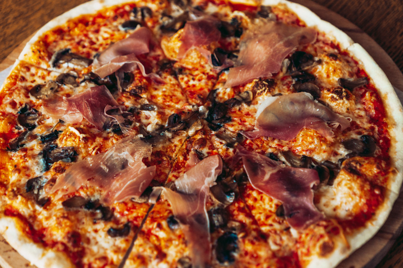 Пицца с грибами и прошутто