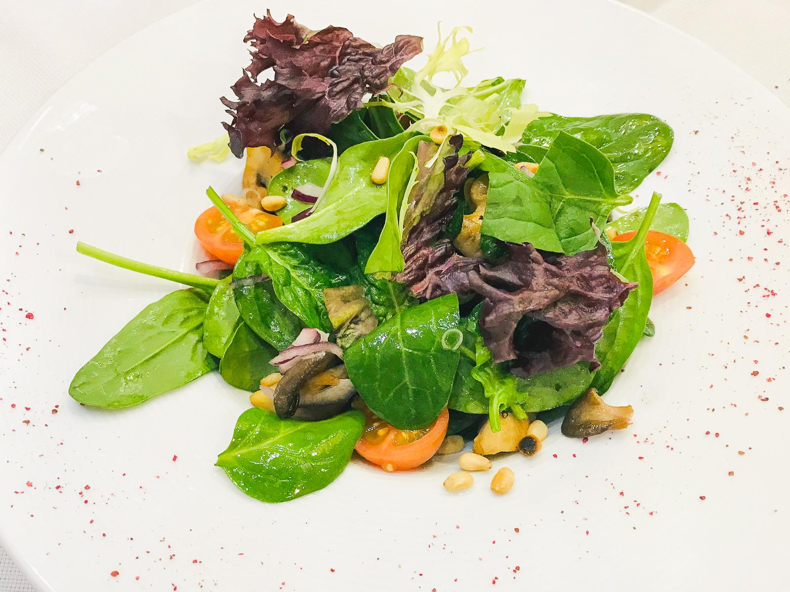 Салат из шпината с грибами