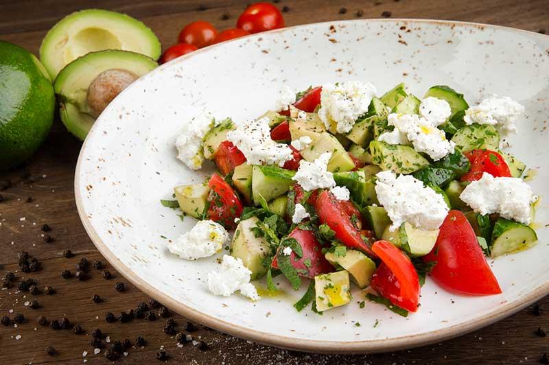 Салат с огурцом, помидорами c сыром Фета