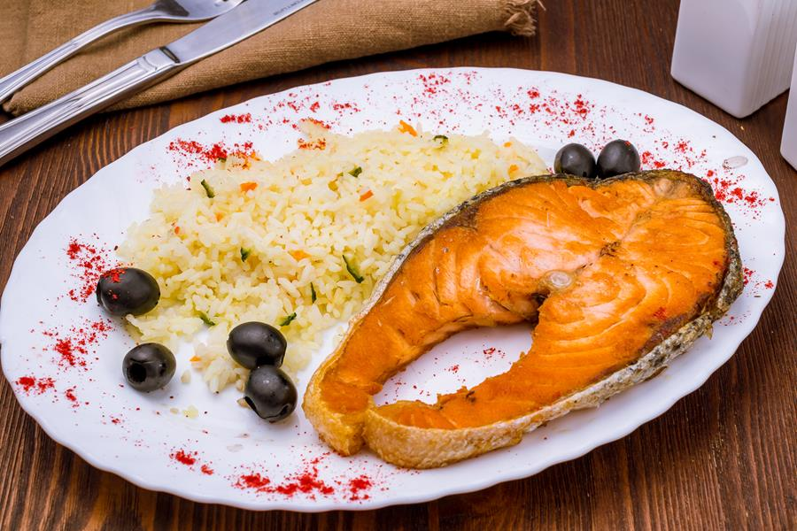 Стейк семги с овощами и рисом