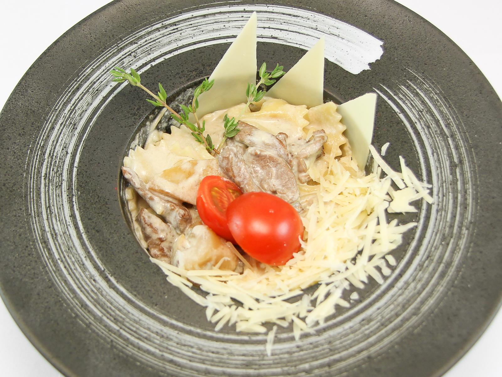 Фарфалле с говядиной и белыми грибам