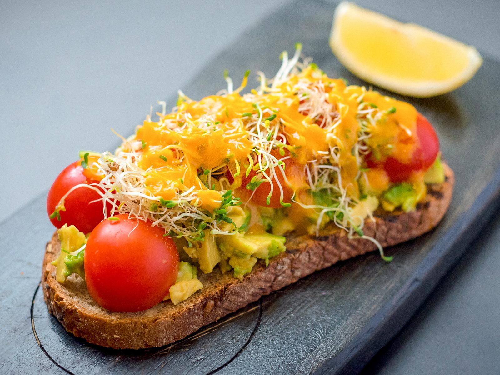 Тост с авокадо, черри и манго