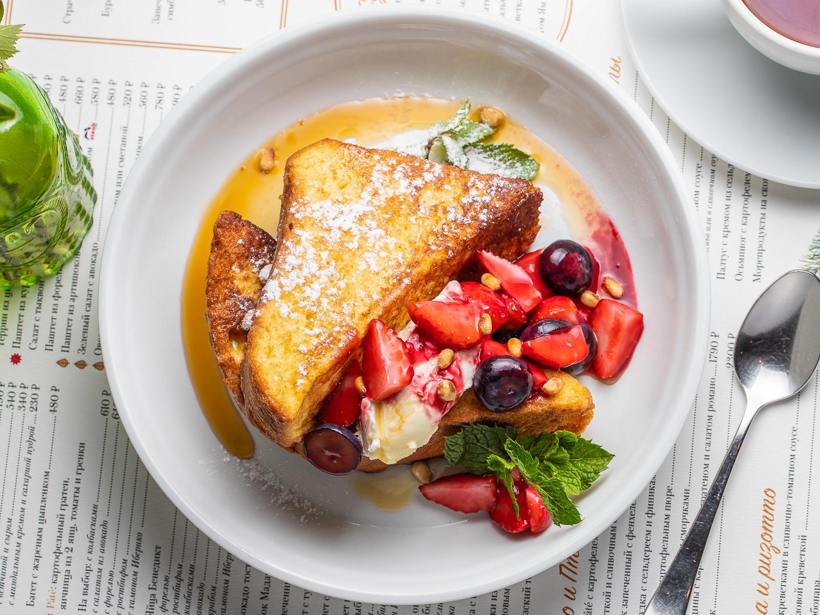 Французский тост с кленовым сиропом и ягодами