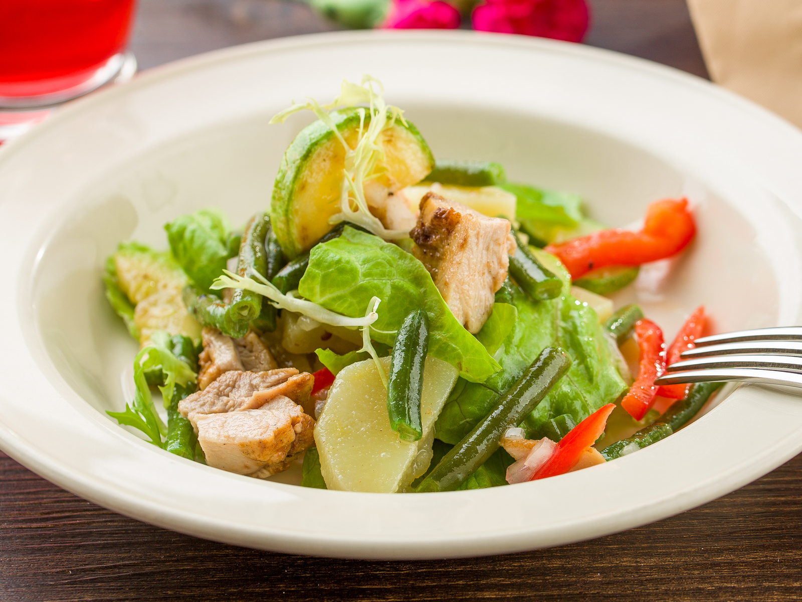 Деревенский салат с курицей и овощами