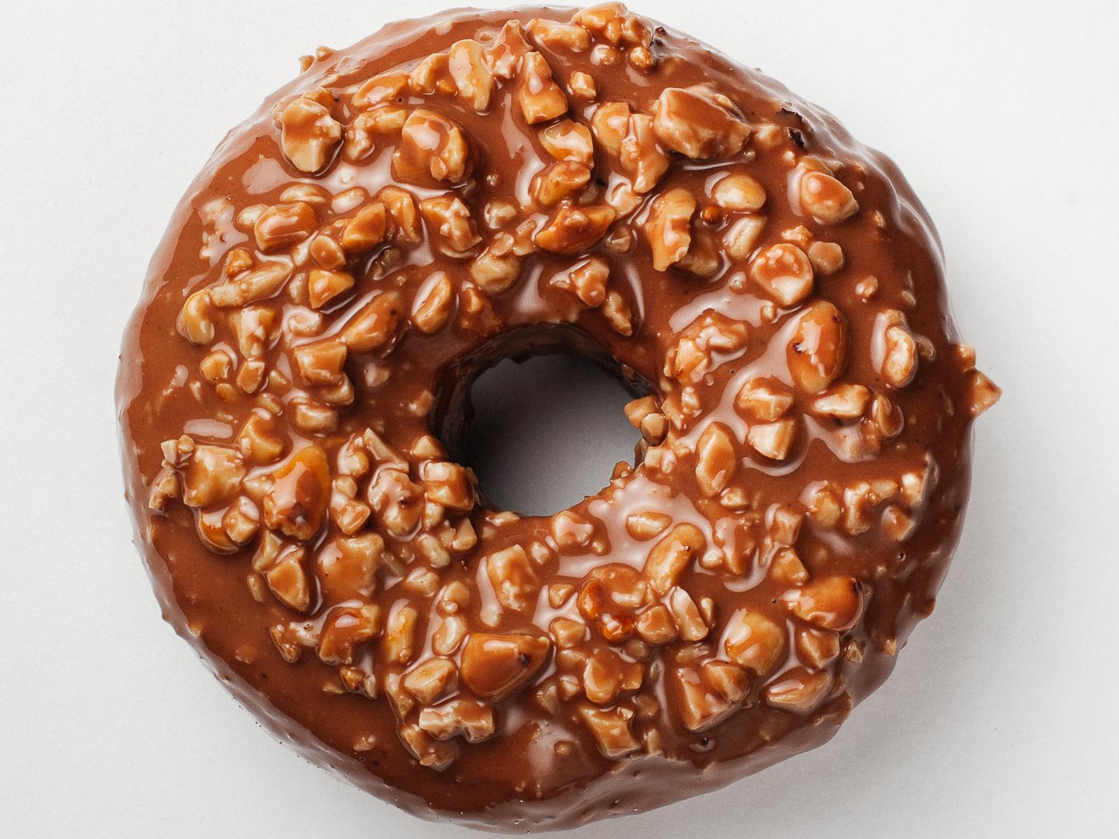 Пончик Двойной шоколад-арахис