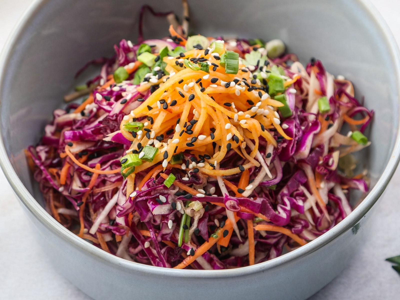Салат из красной капусты, хрустящего картофеля и дайкона