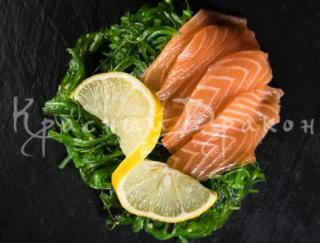 Салат с водорослями Чука и лососем