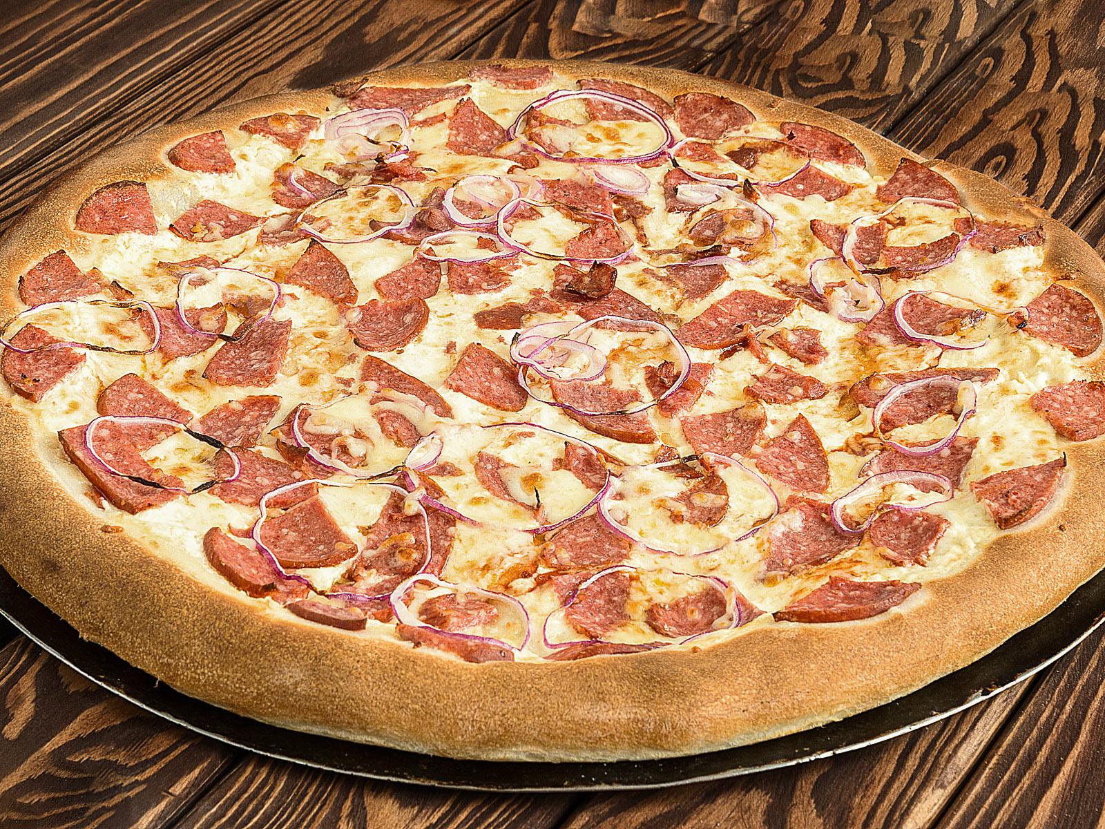 Пицца с колбасой в ресторане Лео