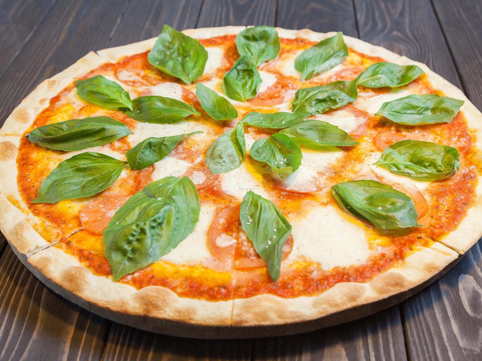 Пицца Капрезе с томатами и базиликом