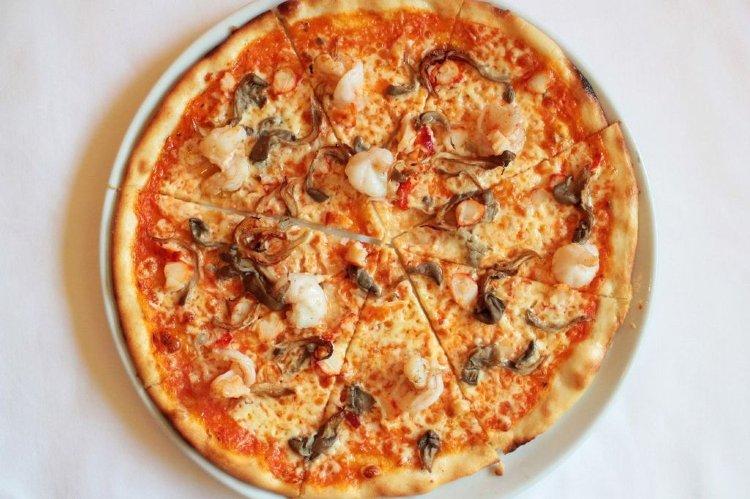 Пицца с крабом, креветками и вешенками