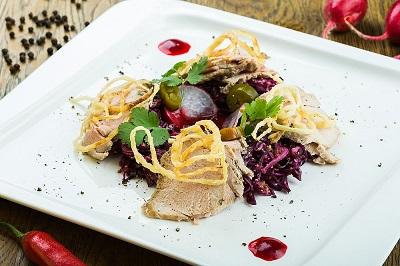 Салат со свининой и красной капустой