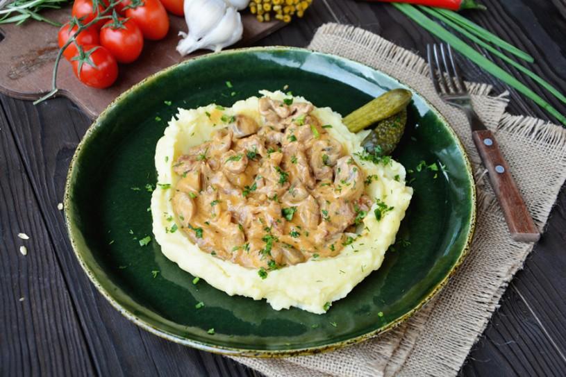 Бефстроганов из телятины с картофельным пюре и зеленью
