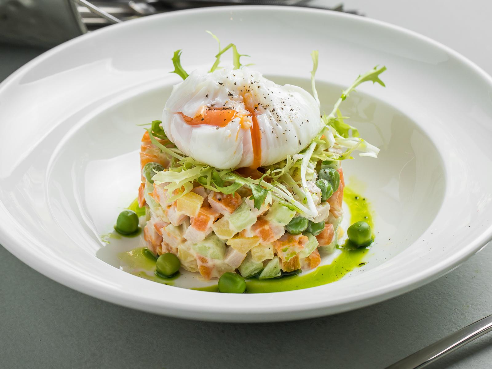 Салат Оливье с лососем и яйцом пашот