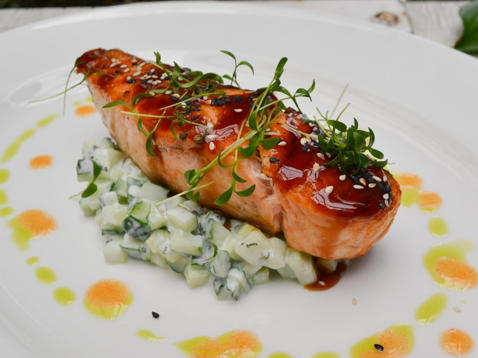 Стейк из лосося с огуречным тар-таром
