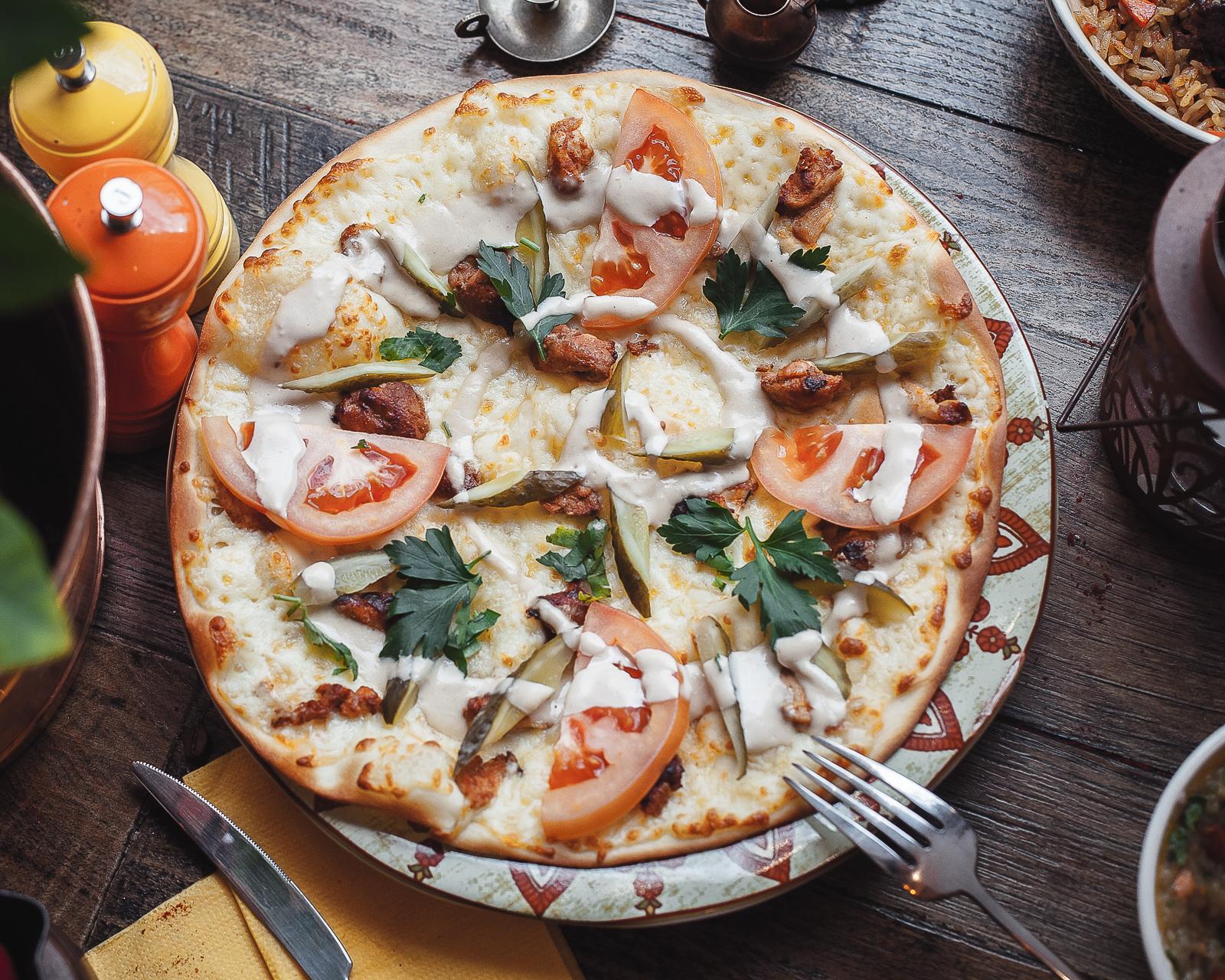 Лепешка Лаффа с курицей, томатами и моцареллой