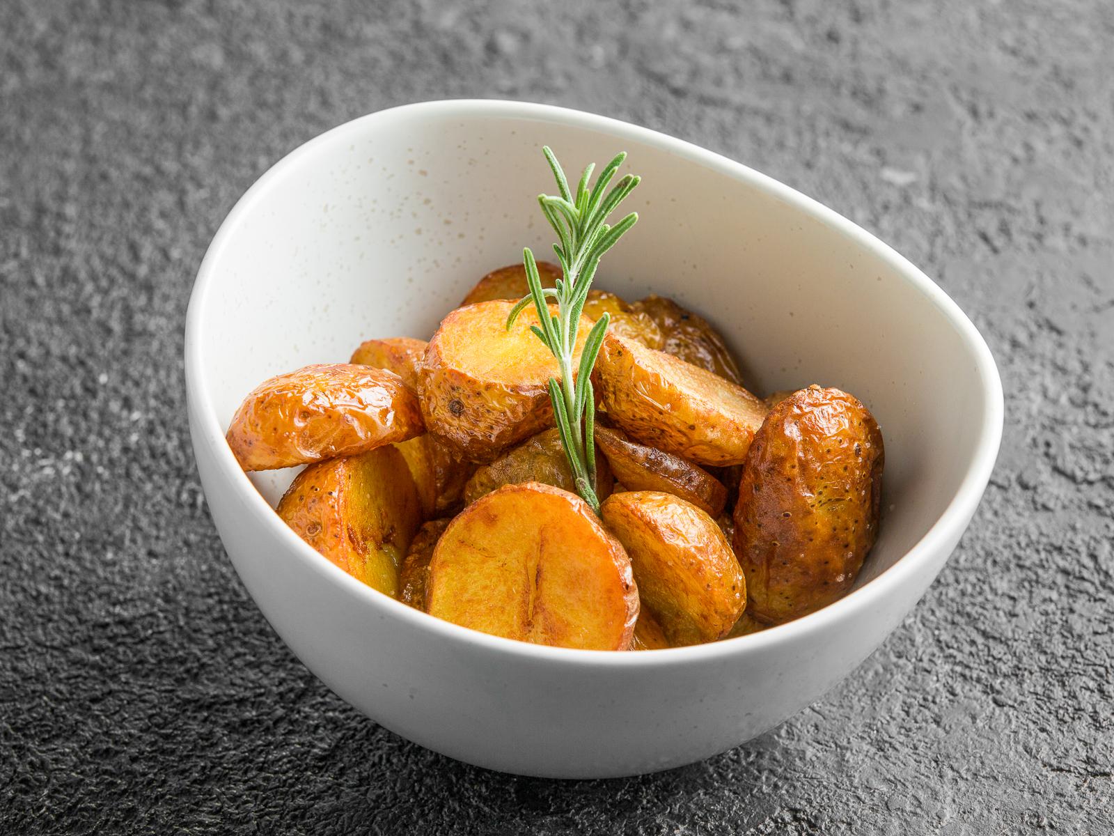 Печеный картофель с чесноком и розмарином
