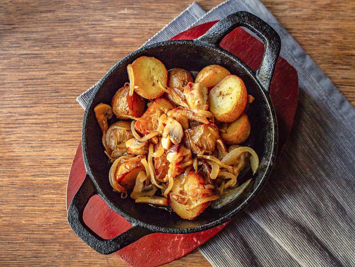 Жареный картофель с лесными грибами
