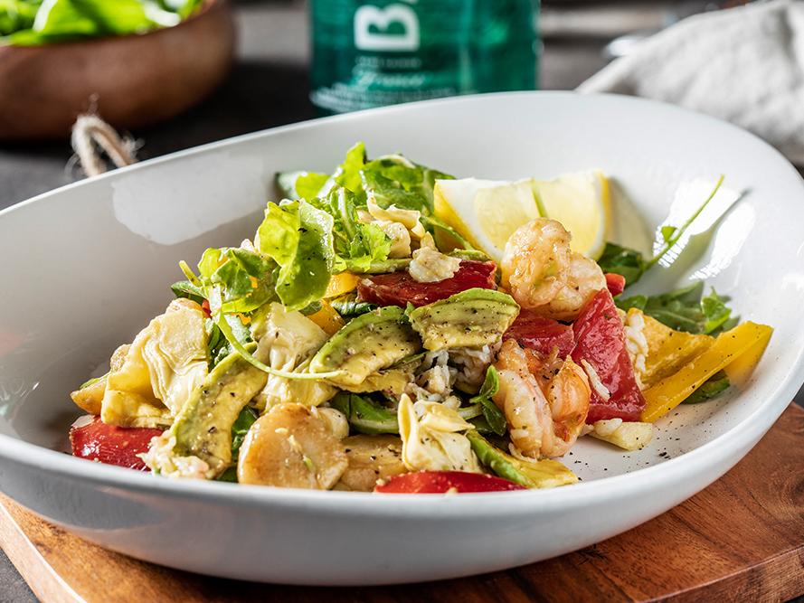 Салат с морскими гребешками, мясом краба и королевскими креветками