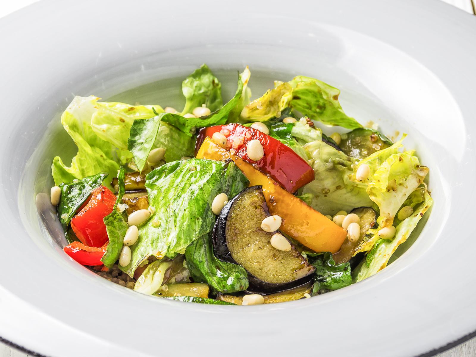 Салат с киноа и сочными овощами