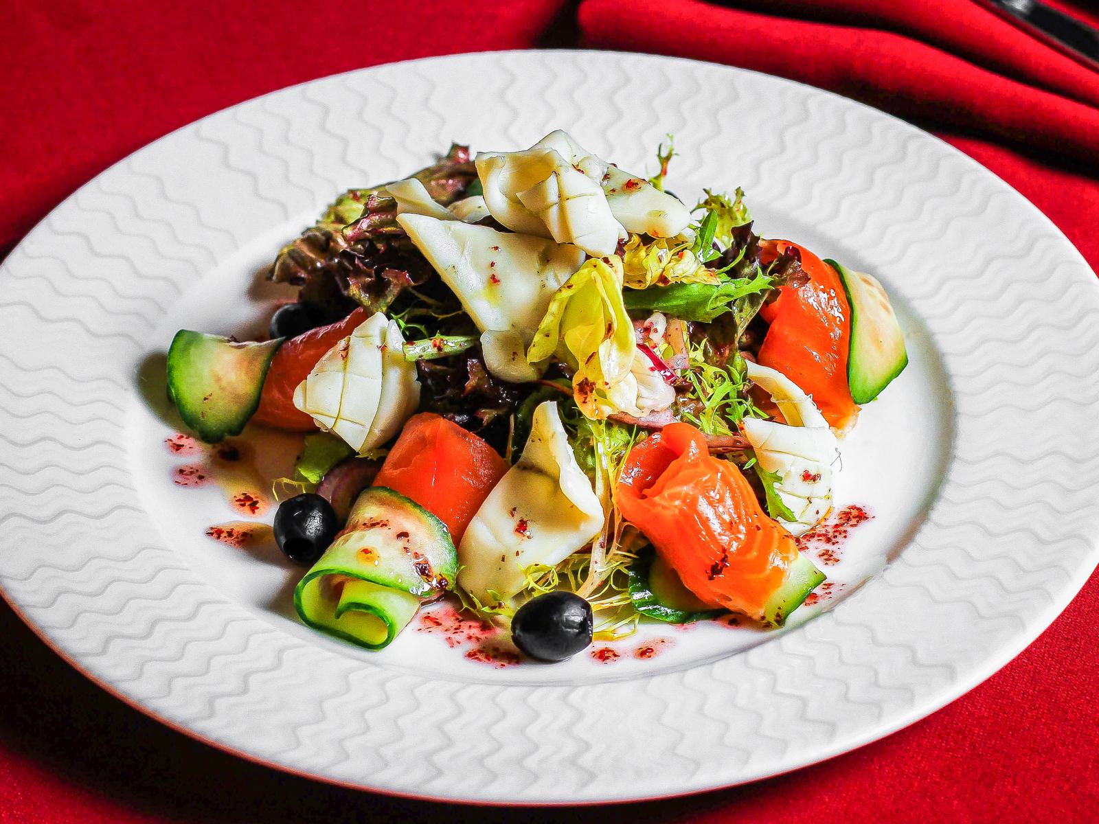 Салат с кальмаром и слабосоленой семгой
