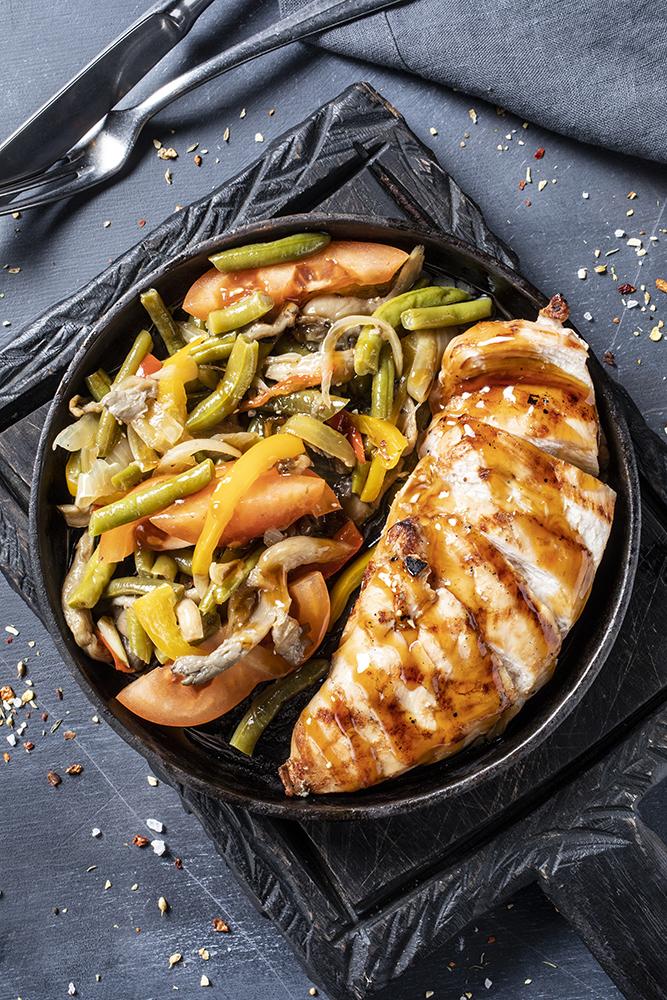 Куриная грудка с жареными овощами