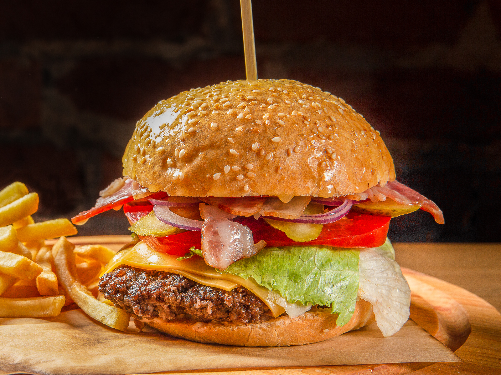 Фирменный бургер с куриным филе и картофелем фри