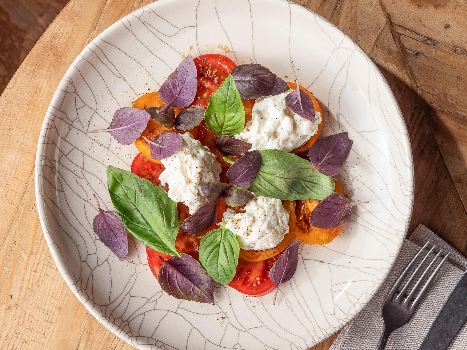 Салат Страчателла и томаты