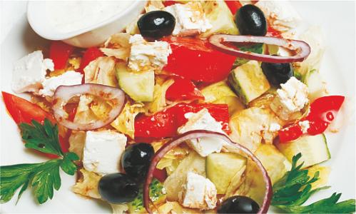 Греческий салат с соусом Дзадзыки