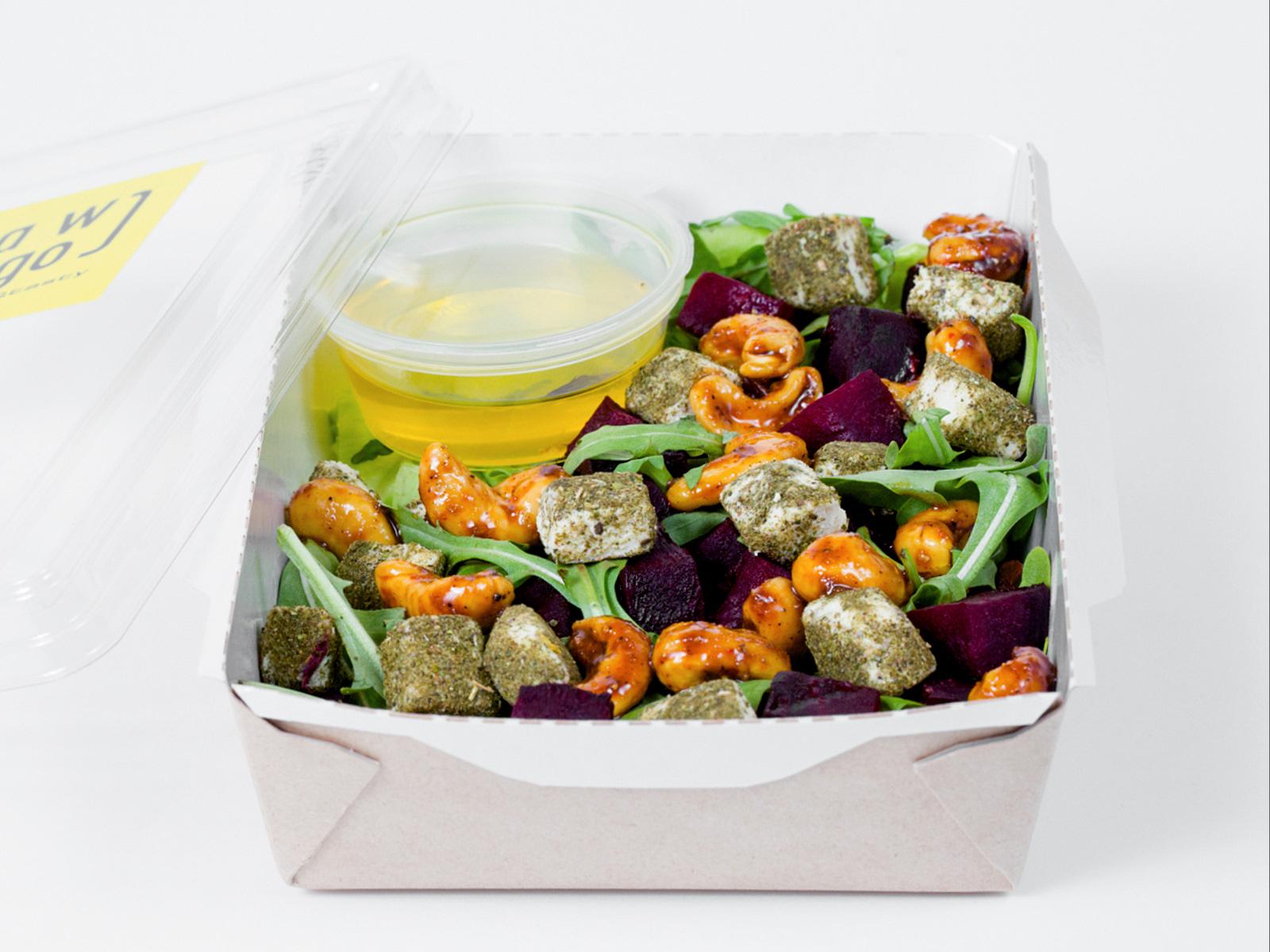 Веганский салат с печеной свеклой и сыром