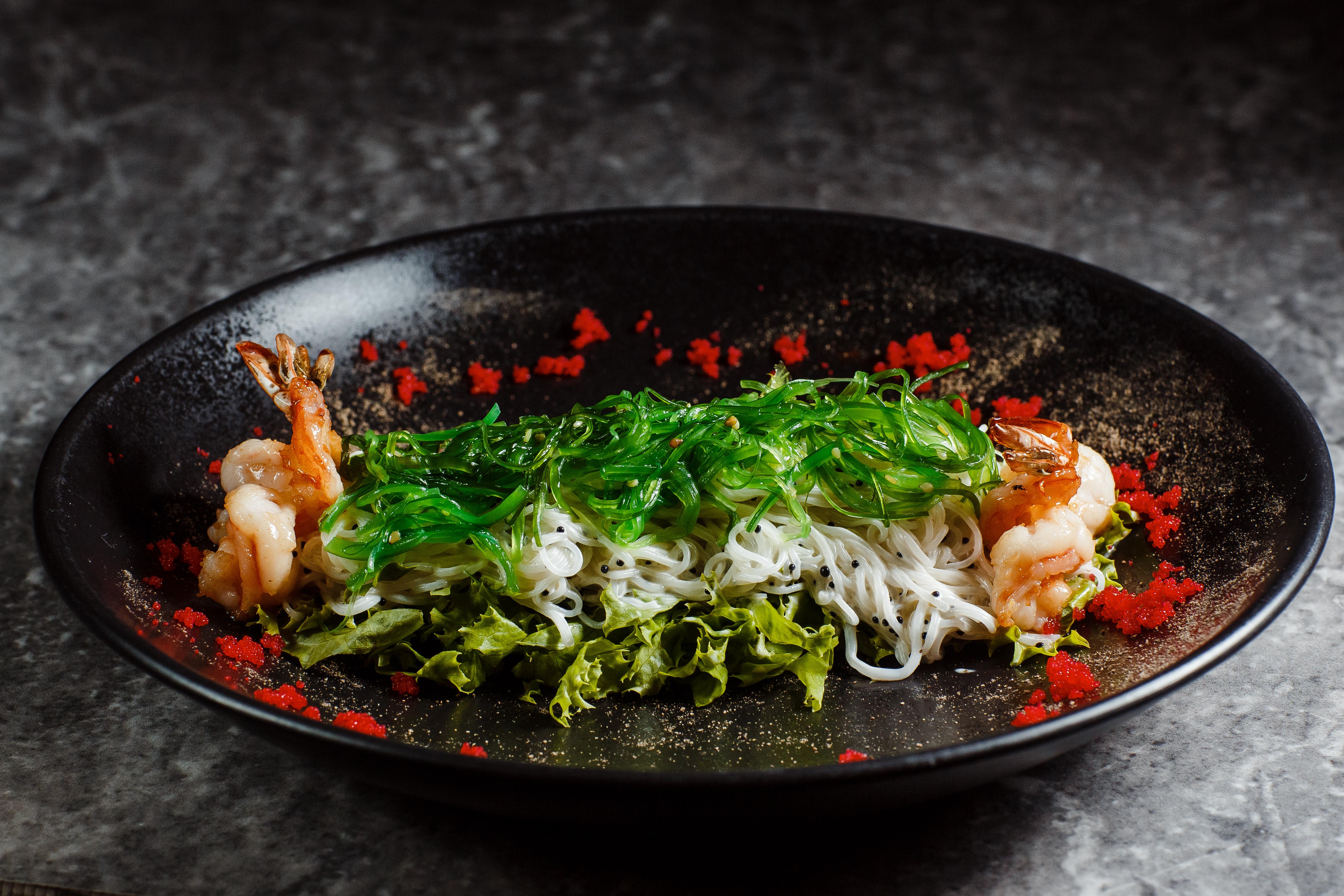 Салат из обжаренных тигровых креветок, стеклянной лапши и морских водорослей