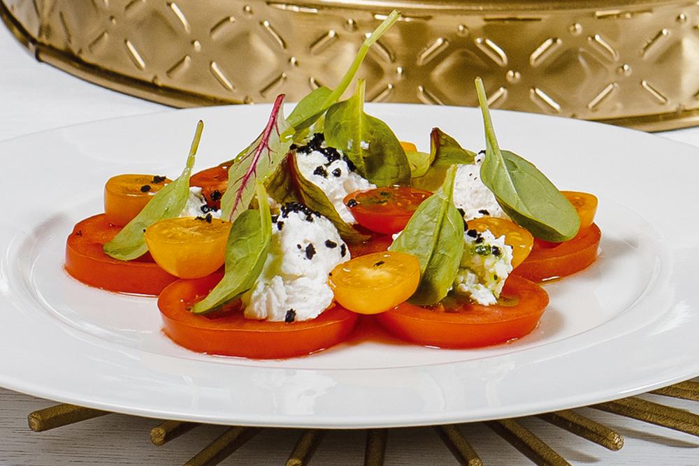 Салат из трех видов томата и сыром Рикота