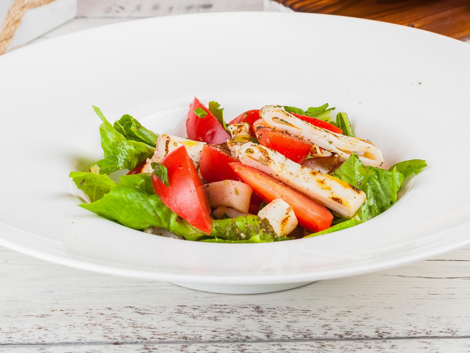 Салат из кальмаров-гриль и томатов