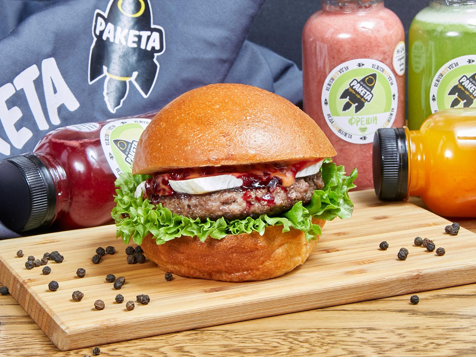 Бургер Брусничная галактика с сыром бри и брусничным соусом