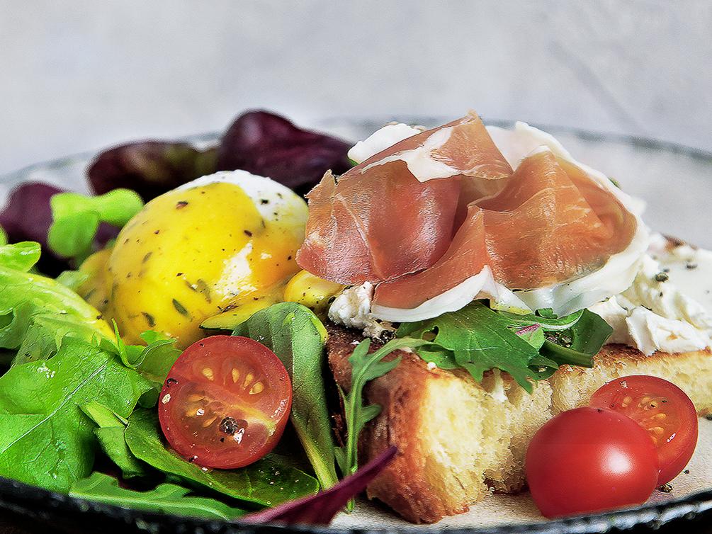 Яйцо пашот с хамоном