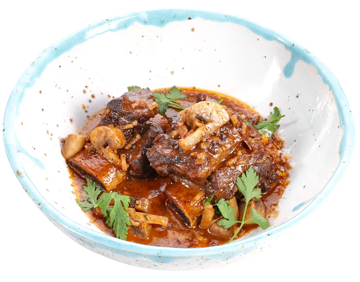 Говяжьи ребра с грибами в соусе