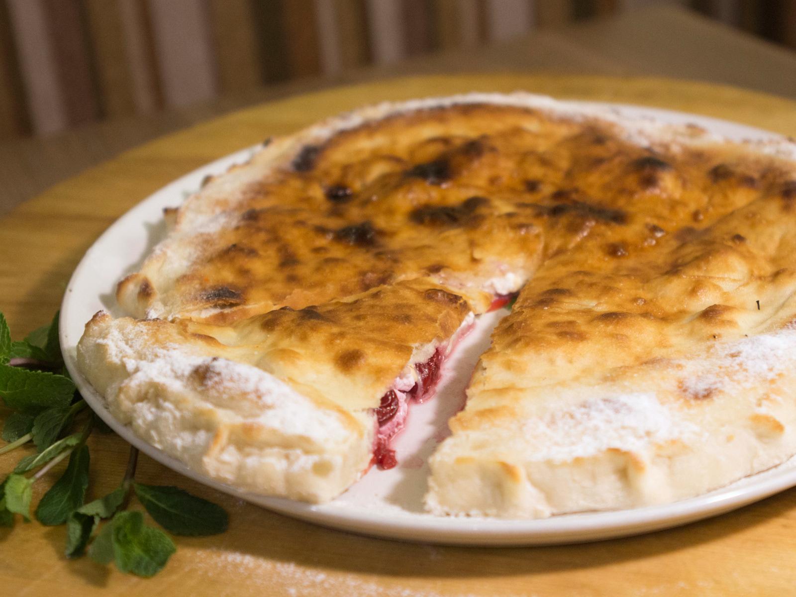 Сладкая пицца с вишней и творогом