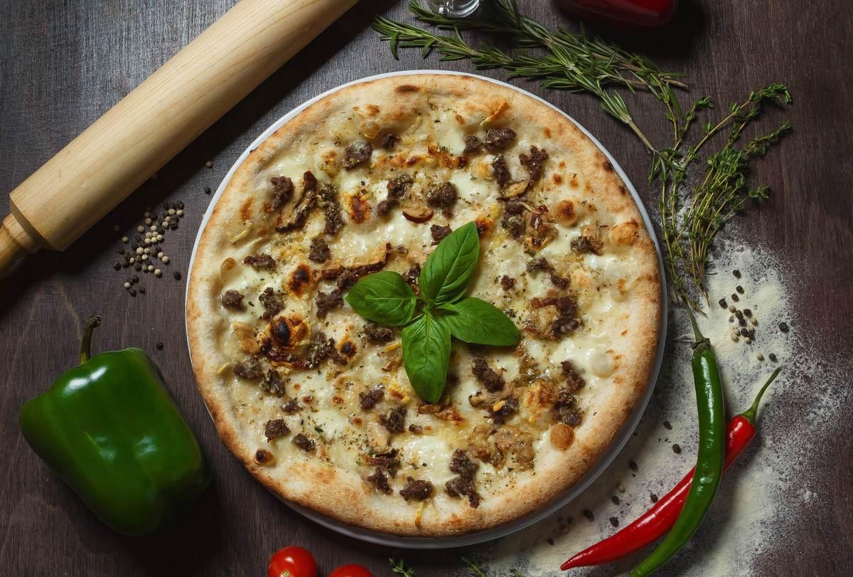 Пицца Сальсичча с белыми грибами
