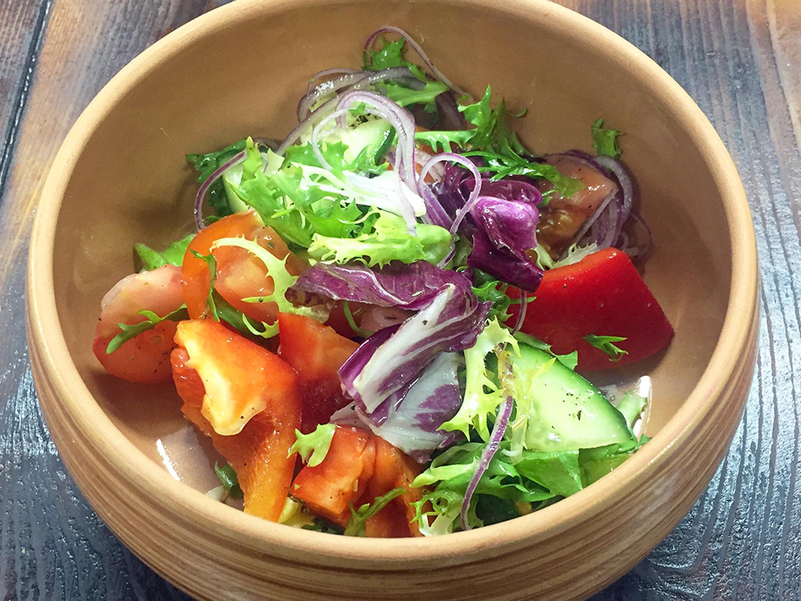 Салат из свежих овощей с прованскими травами