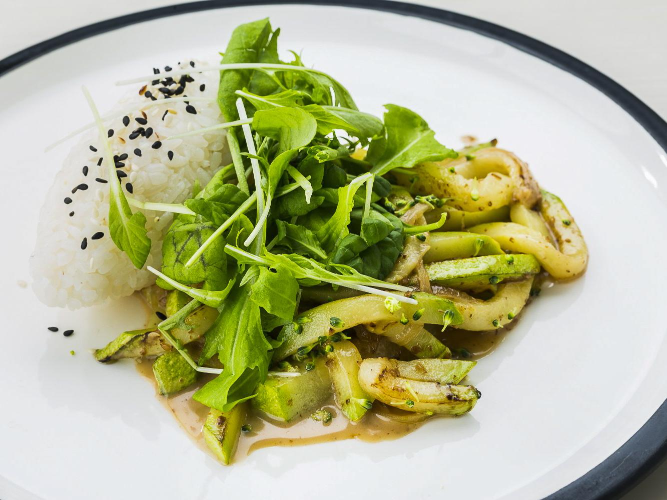 Строганов из кабачков в орехово-трюфельном соусе с японским рисом
