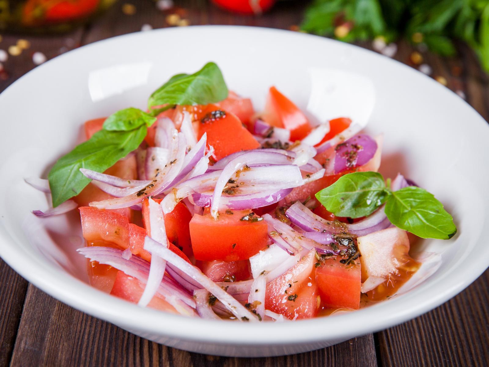 Салат из томатов с испанским луком