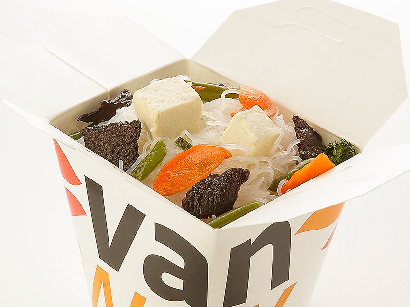 Рисовая лапша вок с говядиной и сыром тофу в соусе Токио