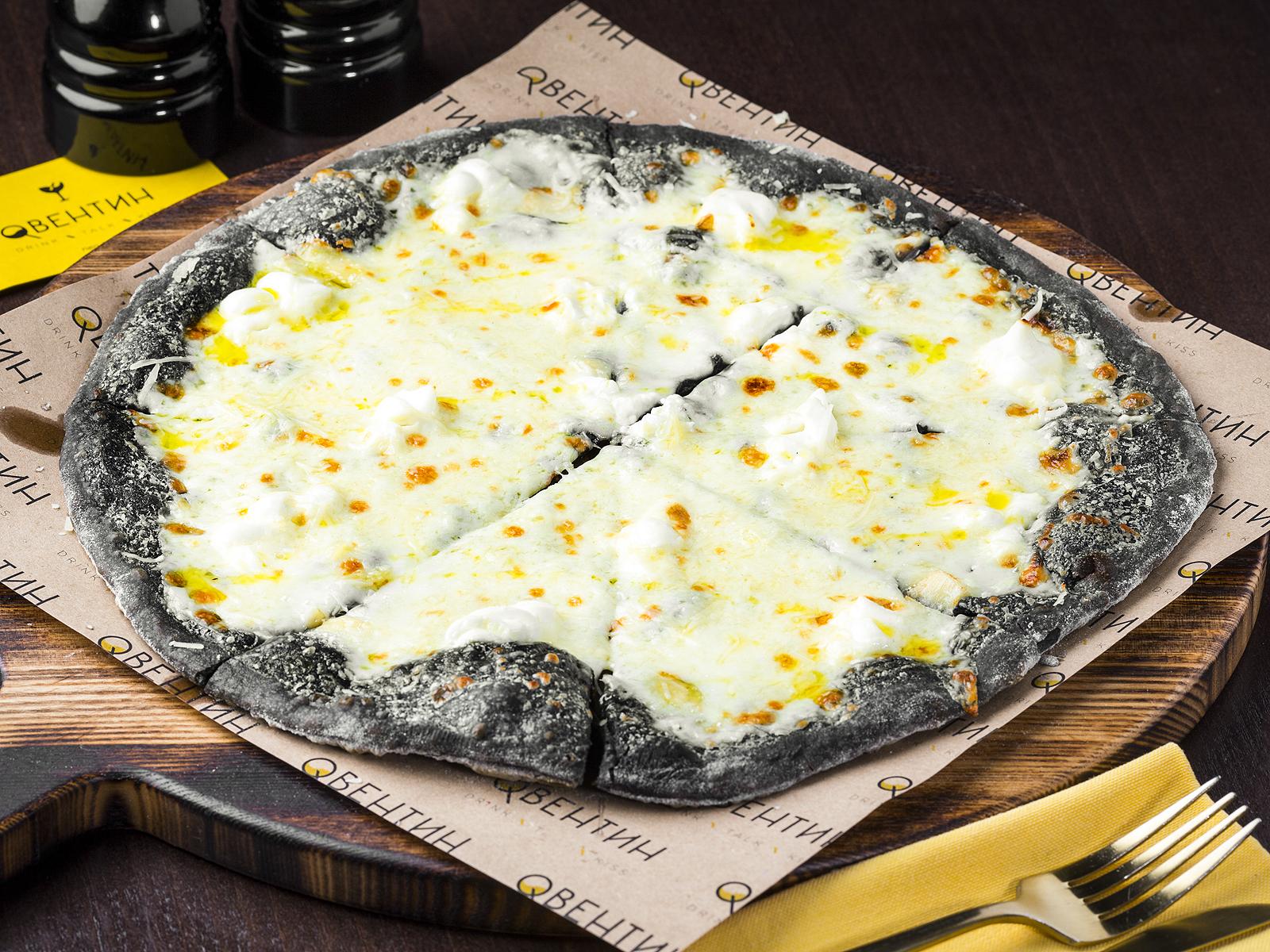 Пицца Четыре сыра на черном тесте