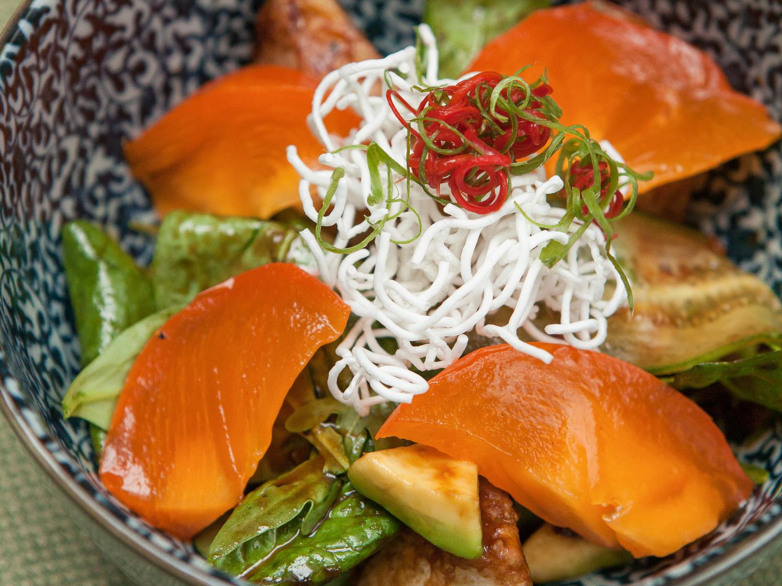 Салат с хрустящим баклажаном и хурмой