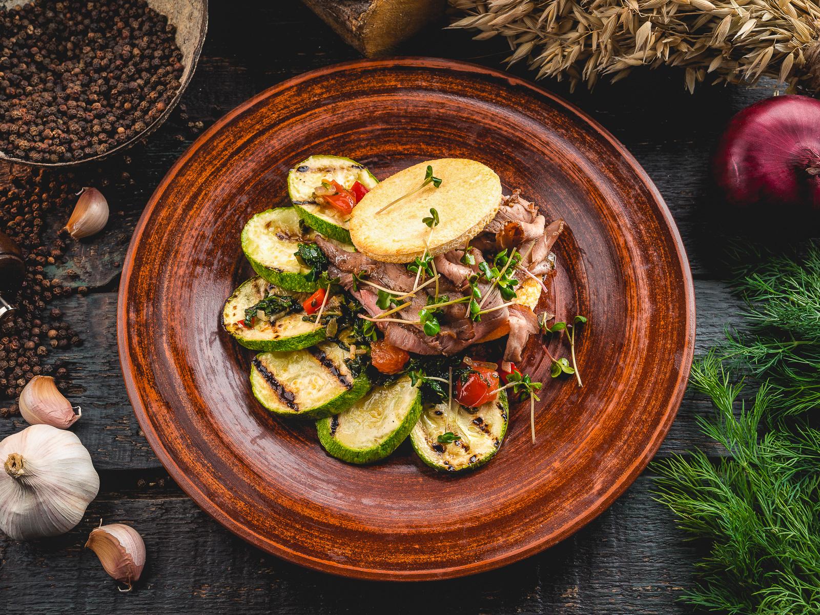 Пастрома из копченой свинины с жареными кабачками
