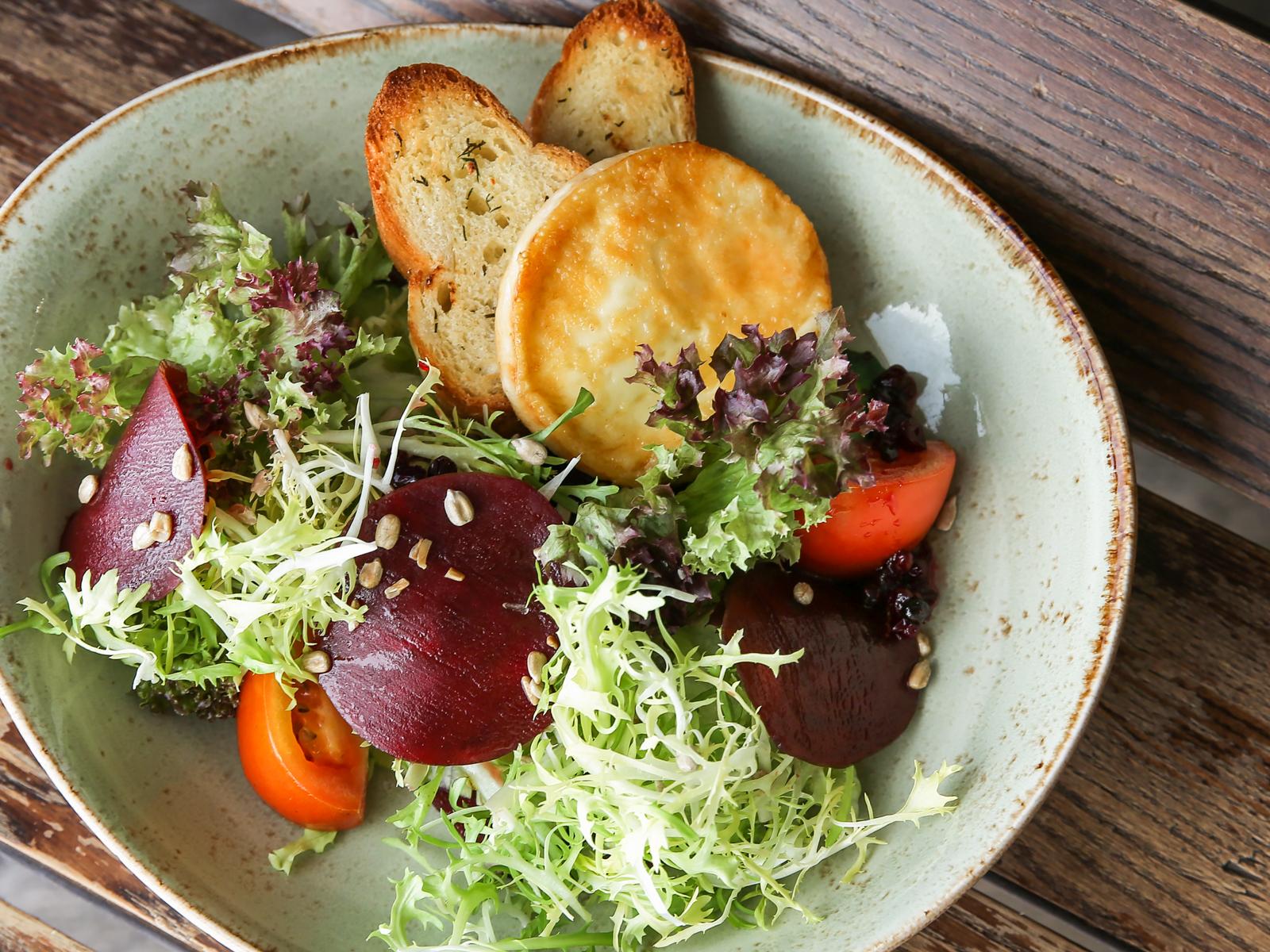 Салат с запеченным хармелином