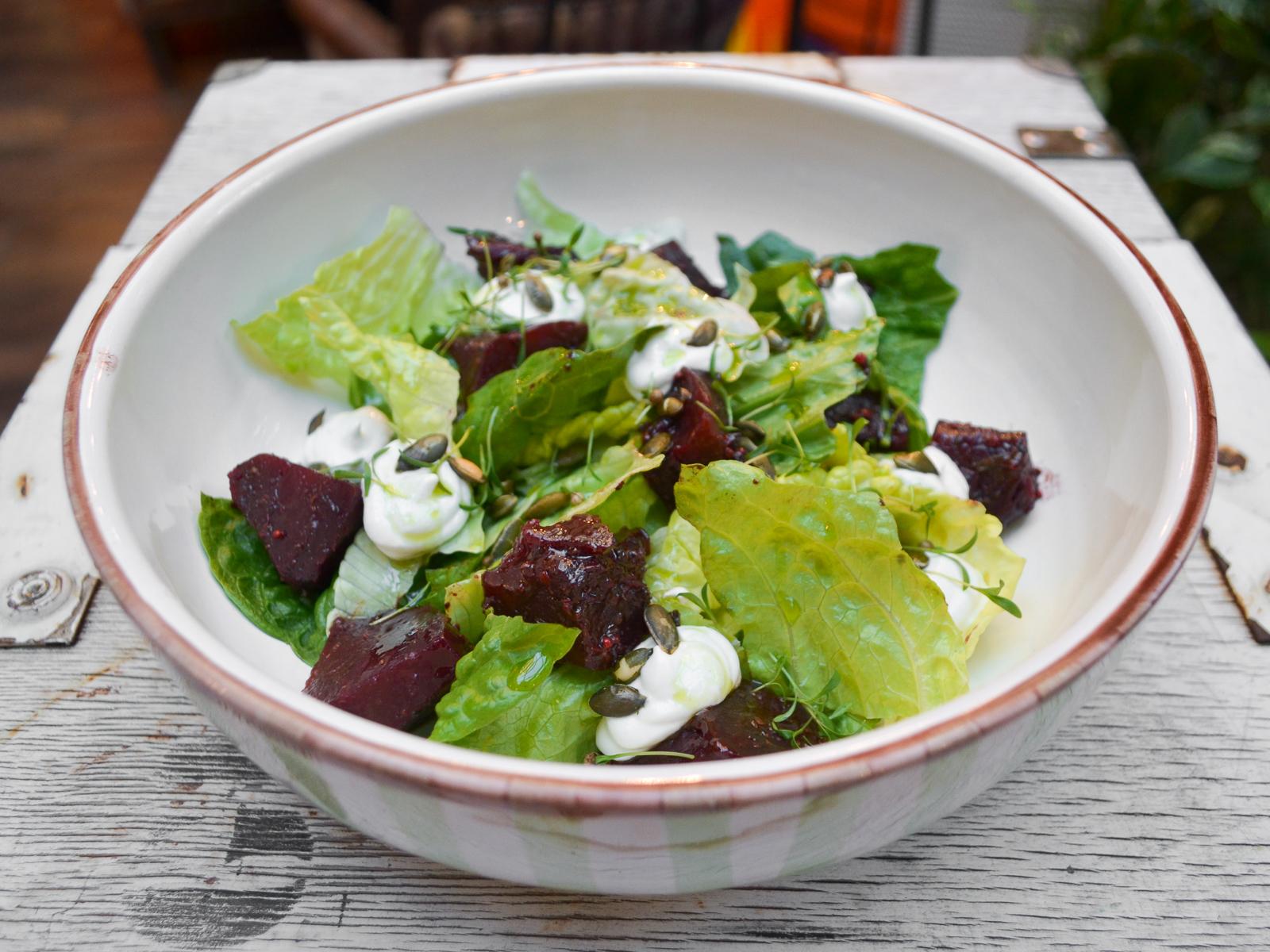 Салат из молодой свеклы с сырным кремом и мятой