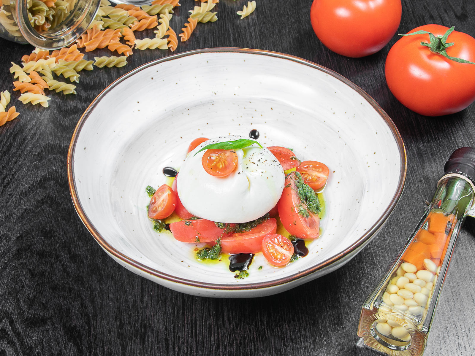 Буррата с томатами под соусом песто