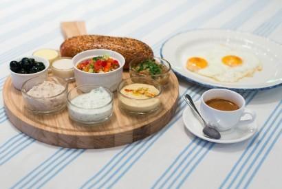 Еврейский завтрак по-одесски с разными намазками, салатом, яичницей